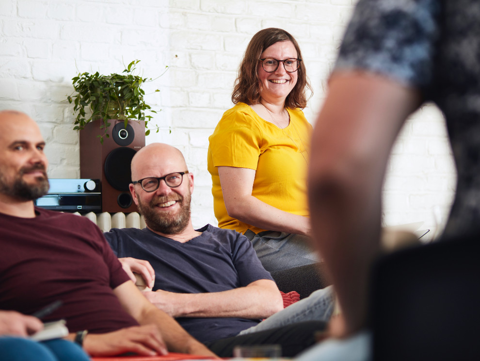 mensen van het content creatie team onder creatieve leiding van Karel Vanoverberghe in een brainstorm moment